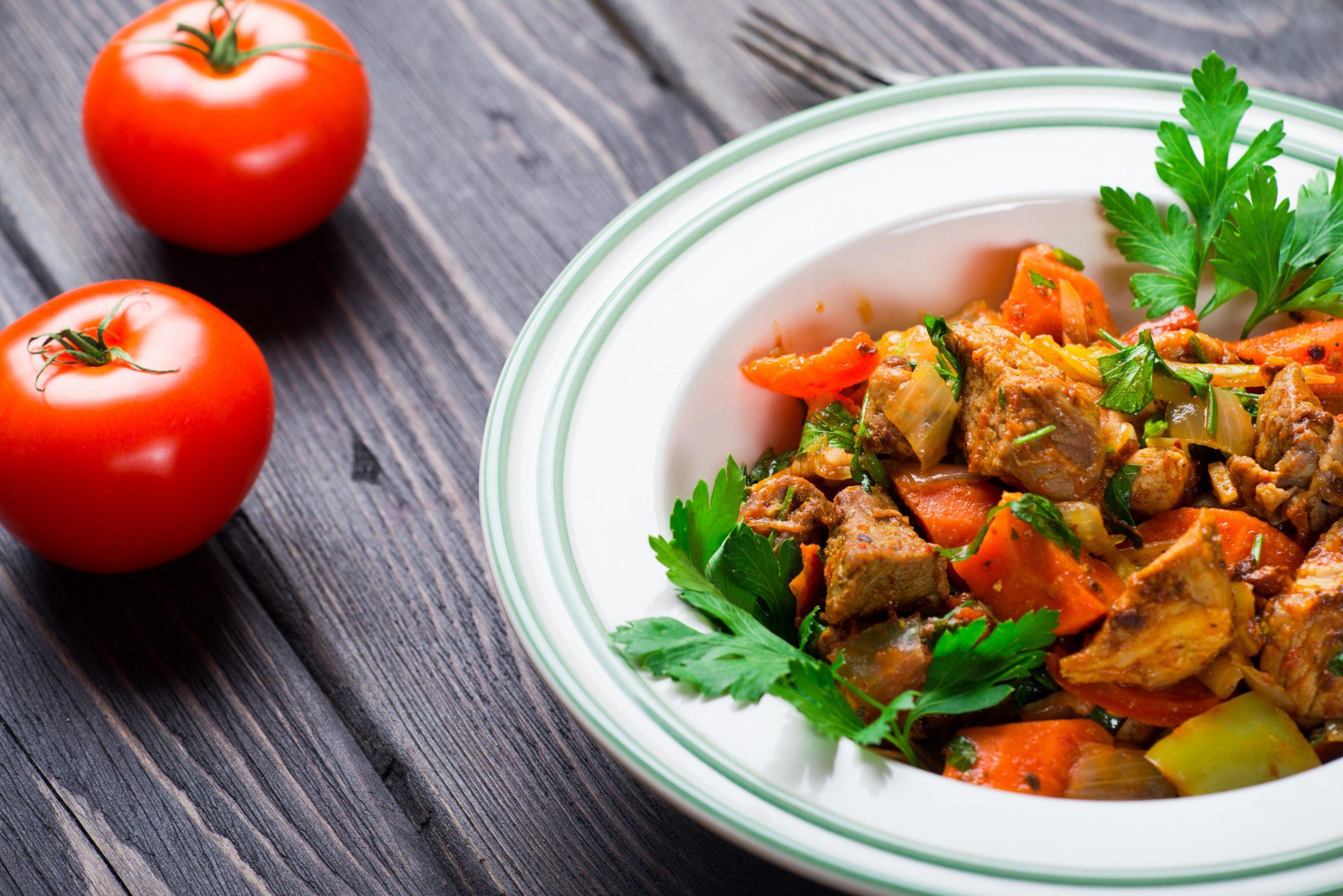 Schweinegeschnetzeltes mit Paprika, Tomate und Karotte