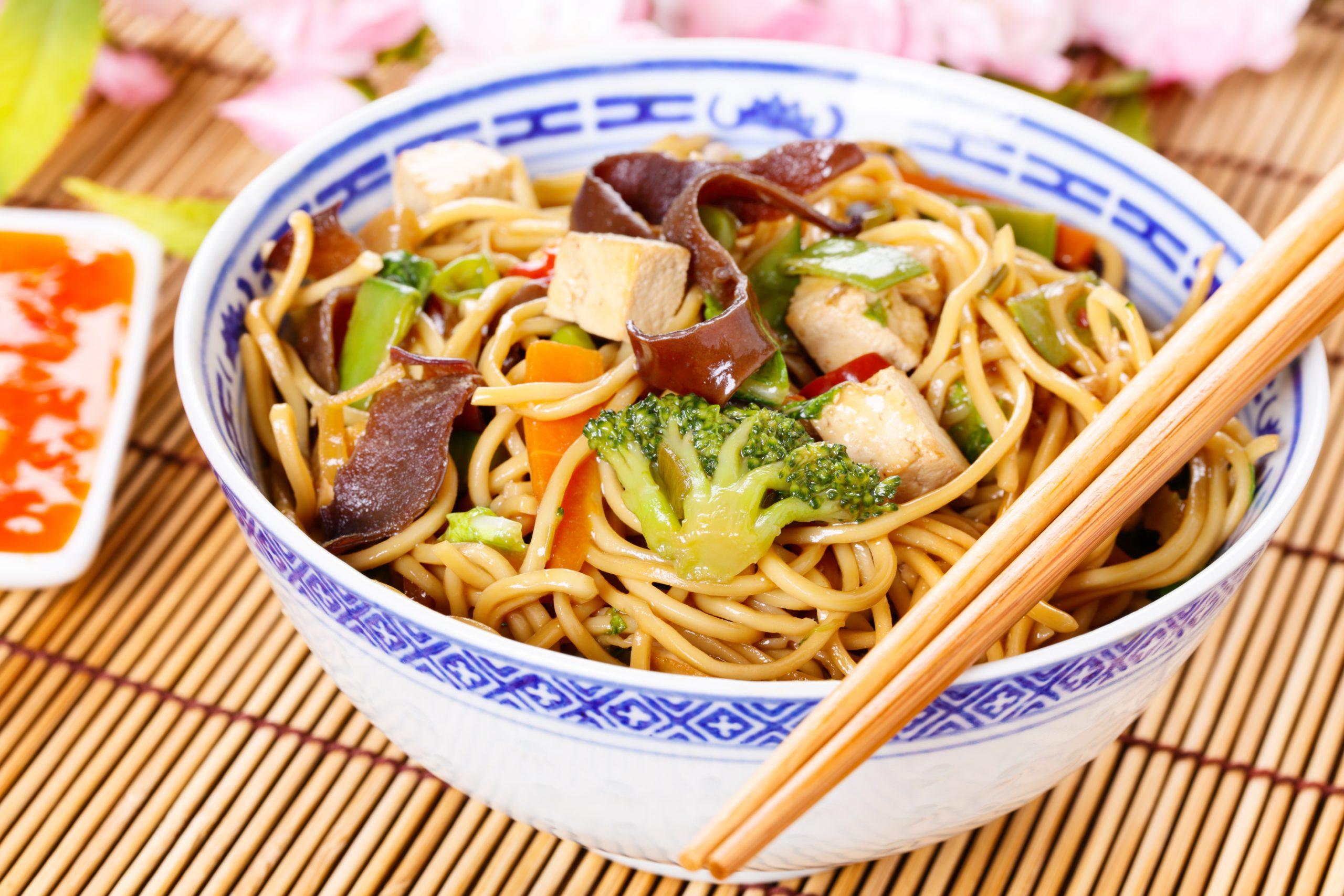 asiatische-nudelpfanne-mit-brokkoli-paprika-moehren-und-tofu