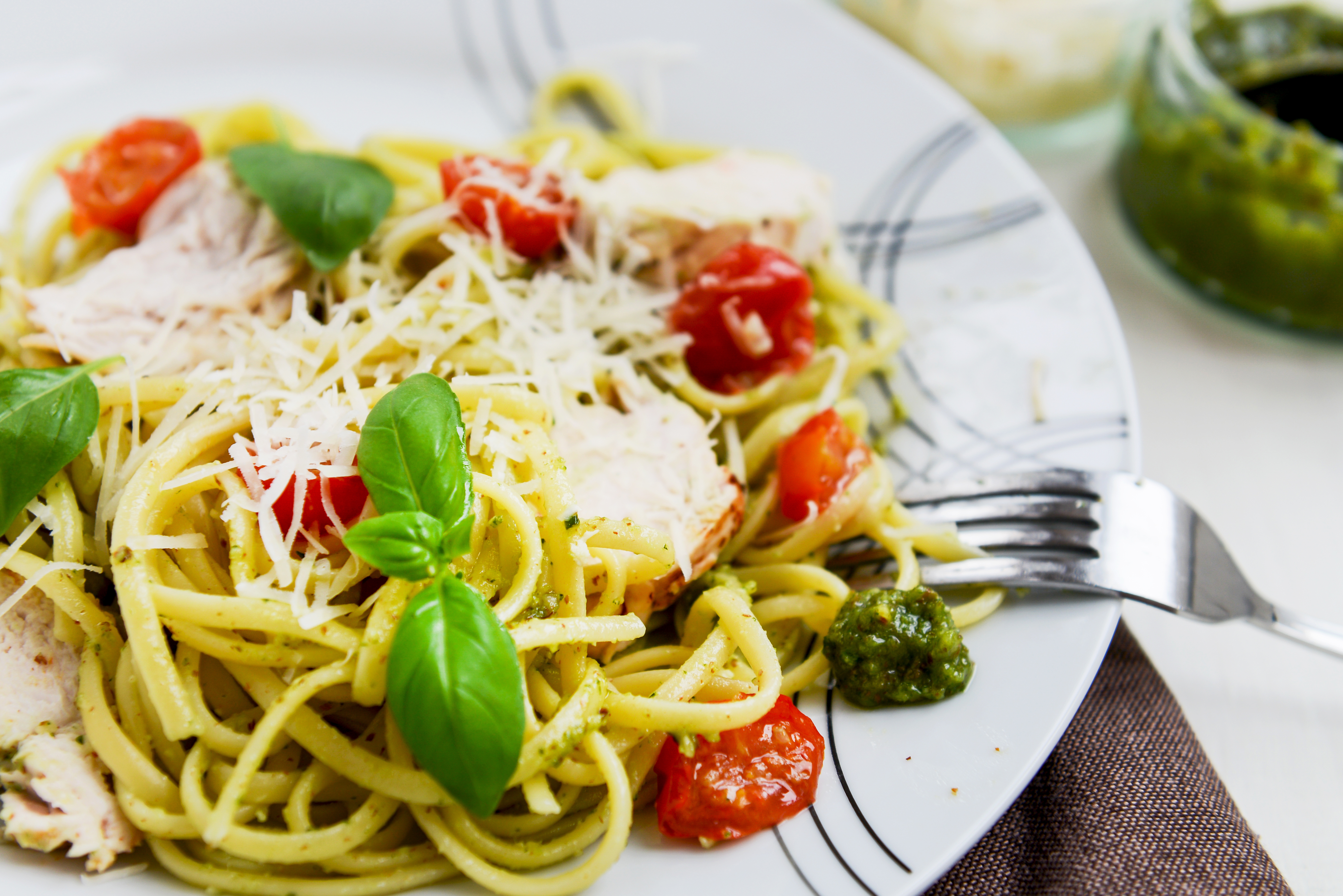 low carb rezept konjak nudeln mit pesto tomaten pinienkernen und parmesan invikoo. Black Bedroom Furniture Sets. Home Design Ideas