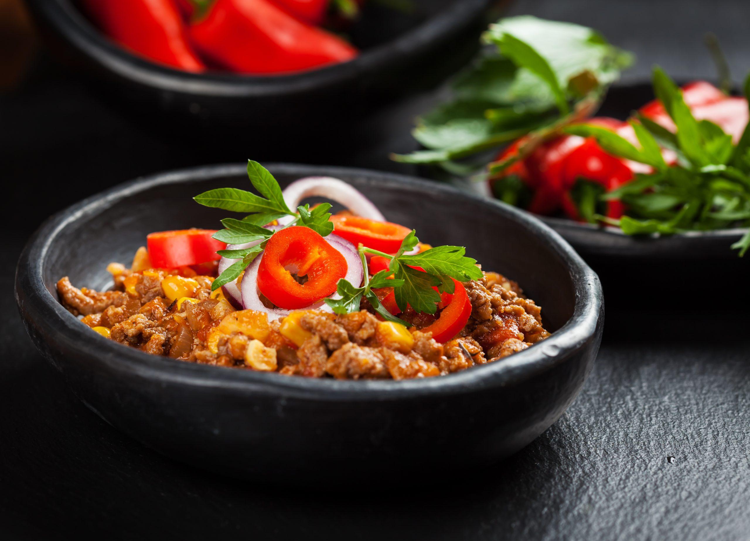 eintopf-mit-hackfleisch-paprika-karotten-bohnen-mais-und-erbsen