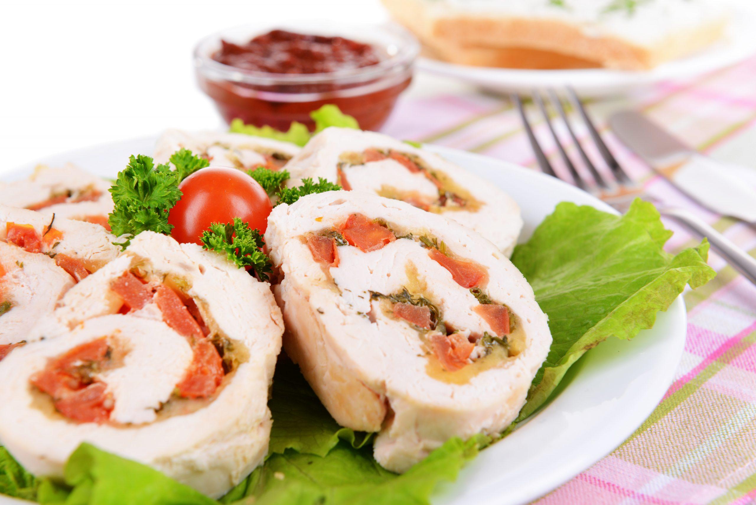 gefuellte-haehnchenbrust-mit-tomate-feta-und-salat