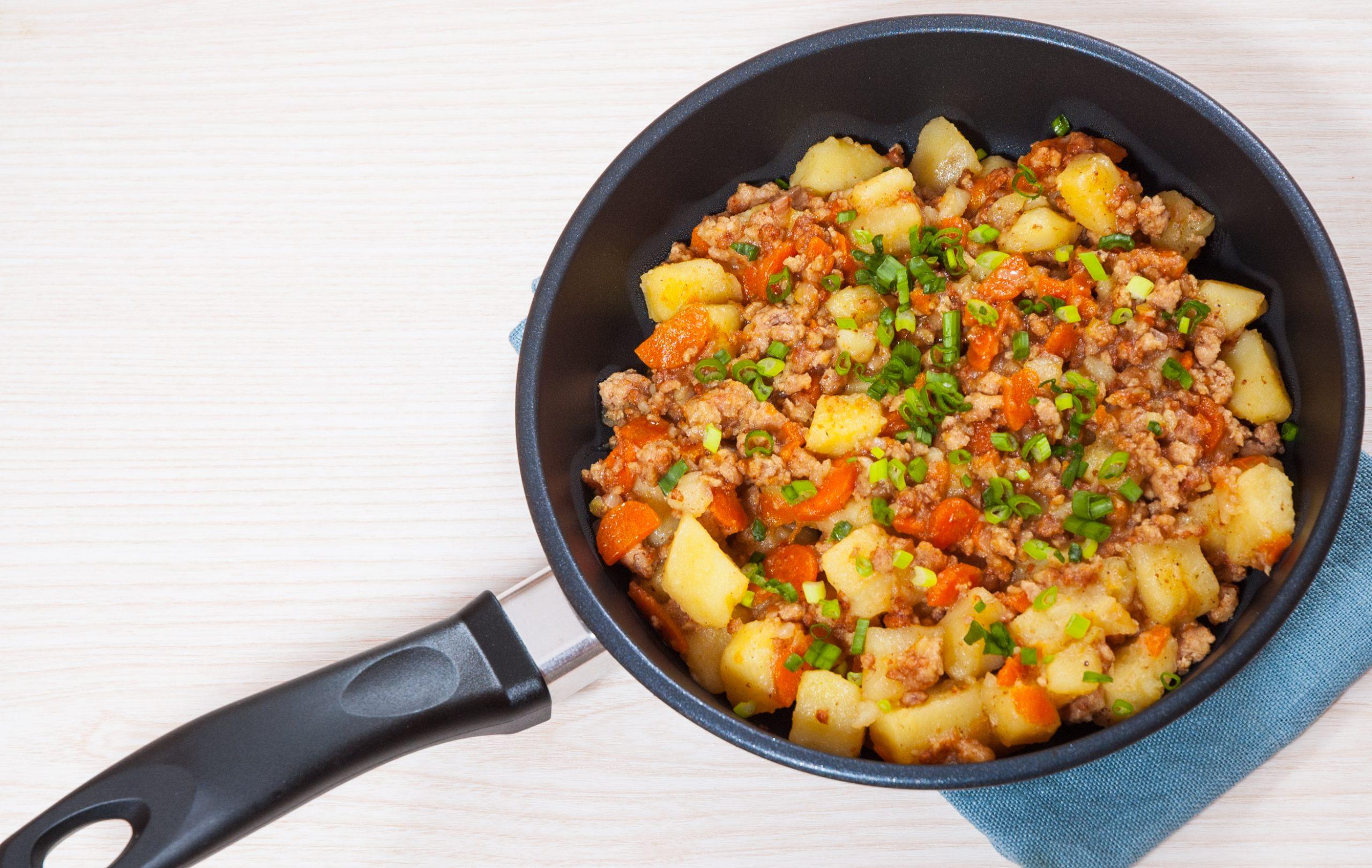 hackfleisch-pfanne-mit-kartoffeln-und-karotten
