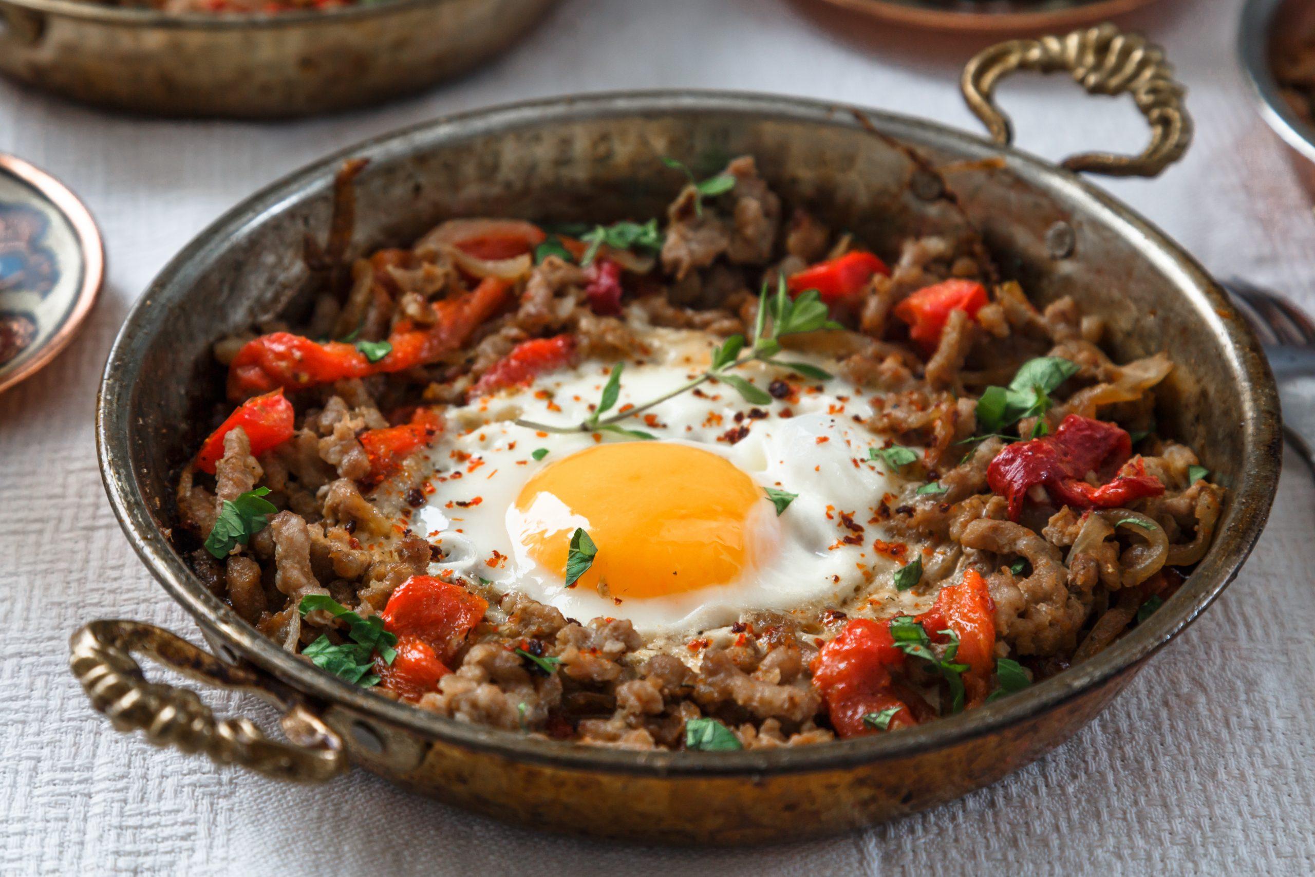 hackfleischpfanne-mit-ei-paprika-und-tomaten