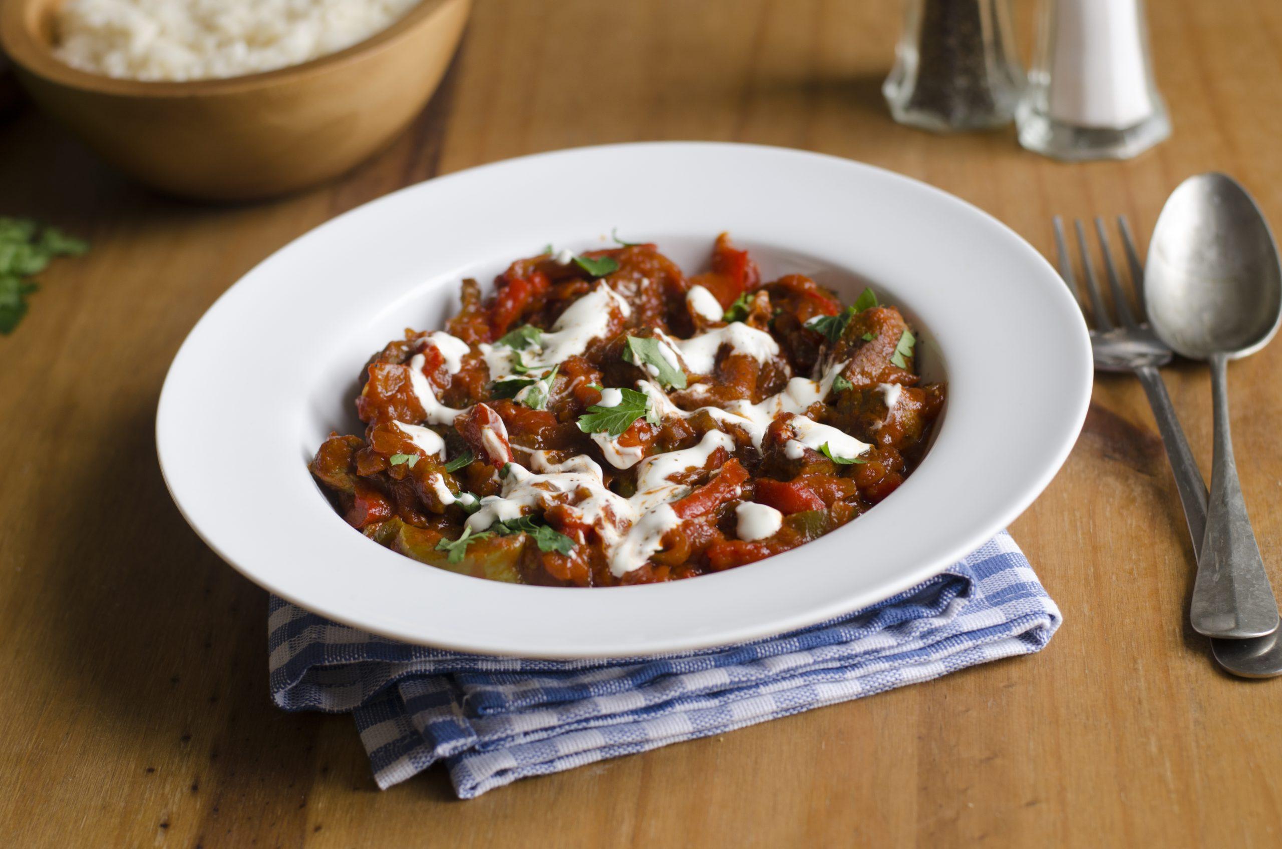 hackfleischpfanne-orientalisch-mit-paprika-tomaten-pinienkernen-und-rosinen