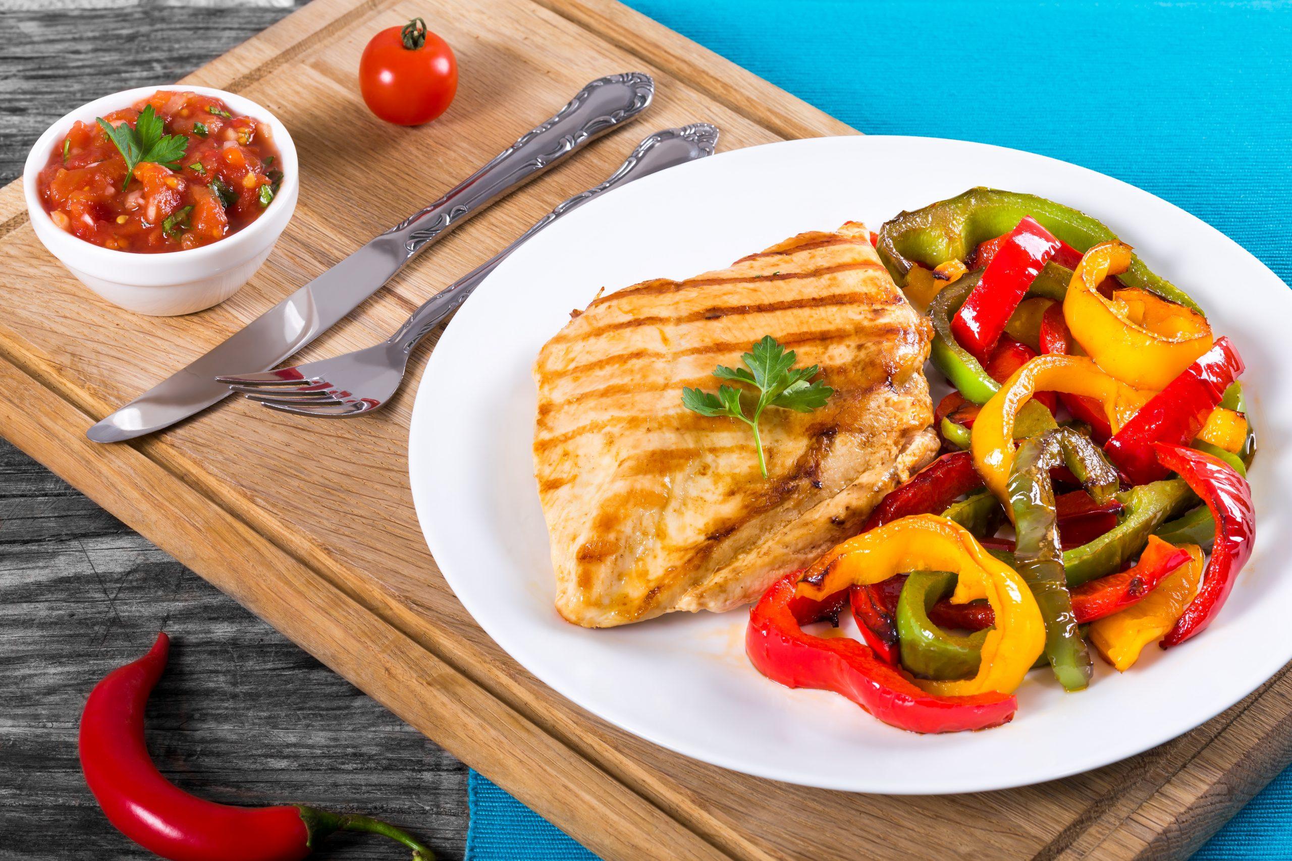 haehnchenbrust-mit-gegrillter-paprika-und-salsa-sauce