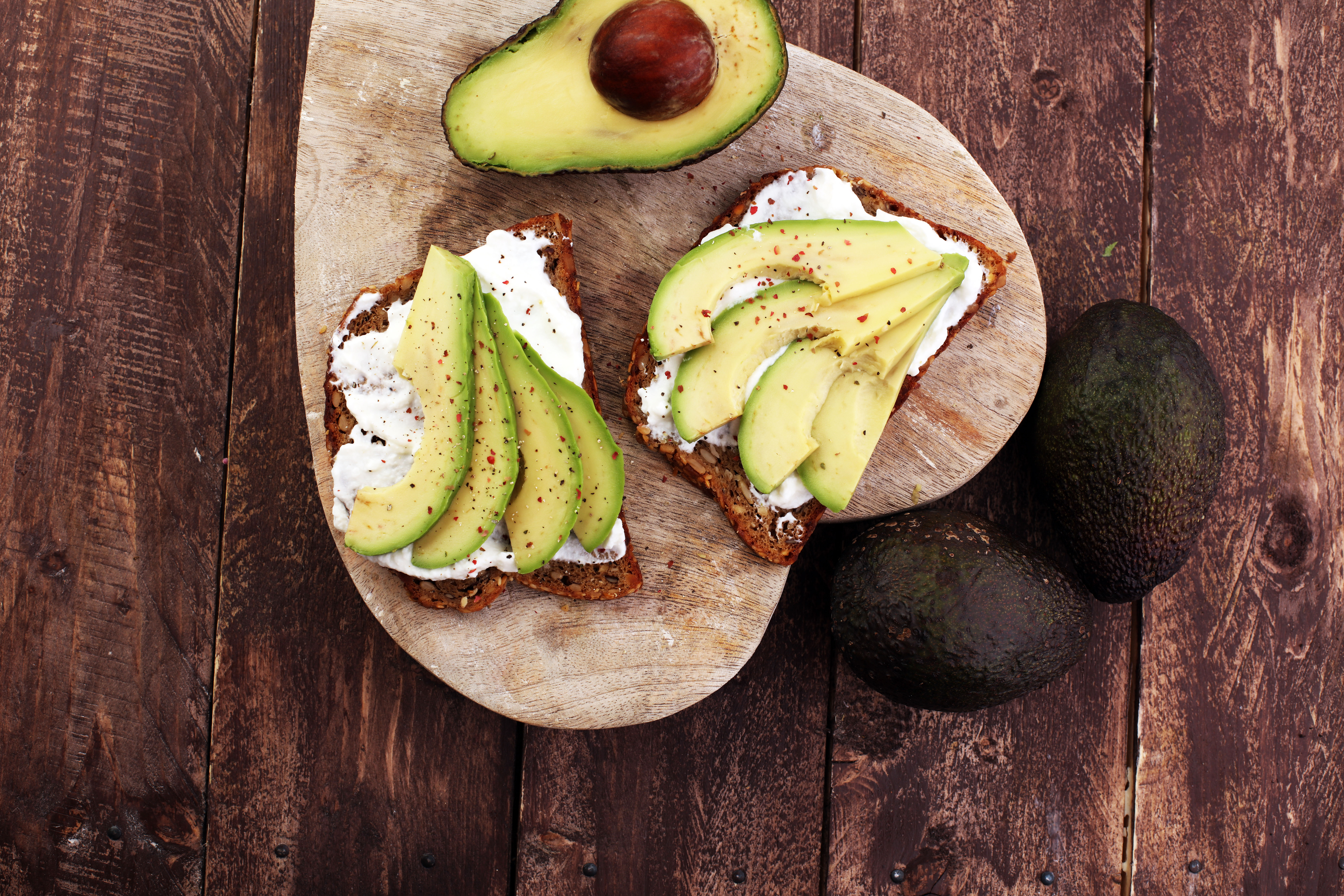 koernerbrot-mit-avocado-und-quark
