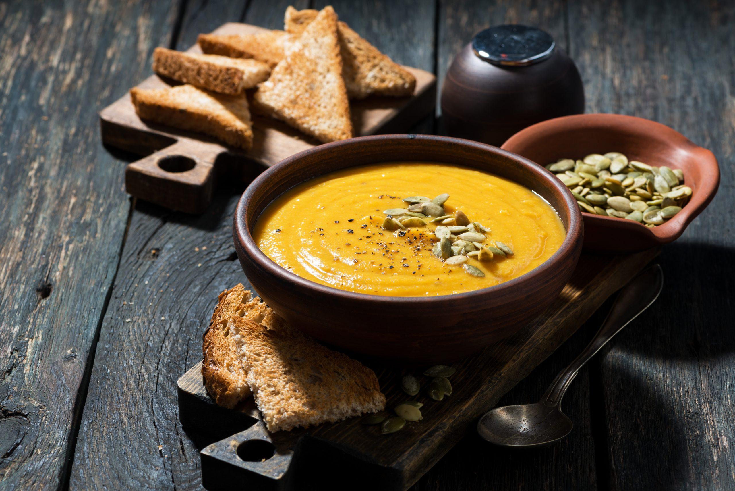 veganes rezept k rbissuppe mit ger steten k rbiskernen invikoo. Black Bedroom Furniture Sets. Home Design Ideas