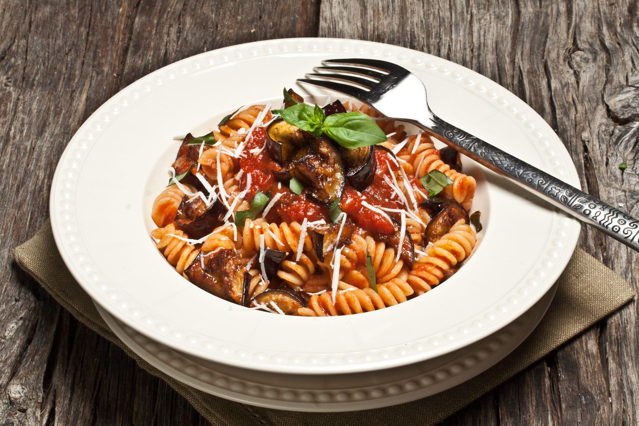 one-pot-pasta-mit-hackfleisch-aubergine-und-getrockneten-tomaten