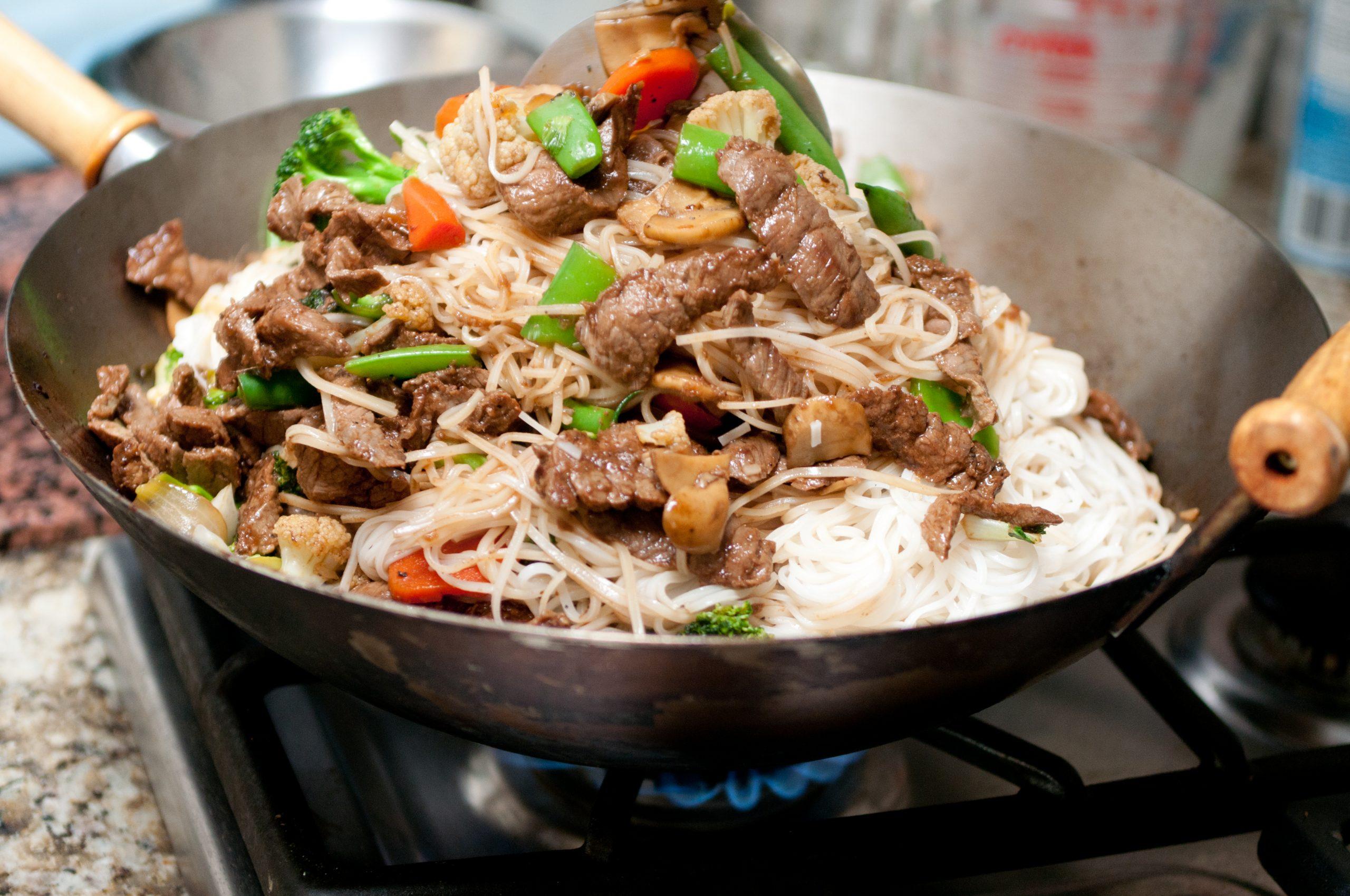 rindfleischpfanne-mit-champignons-moehren-zuckerschoten-brokkoli-und-mie-nudeln