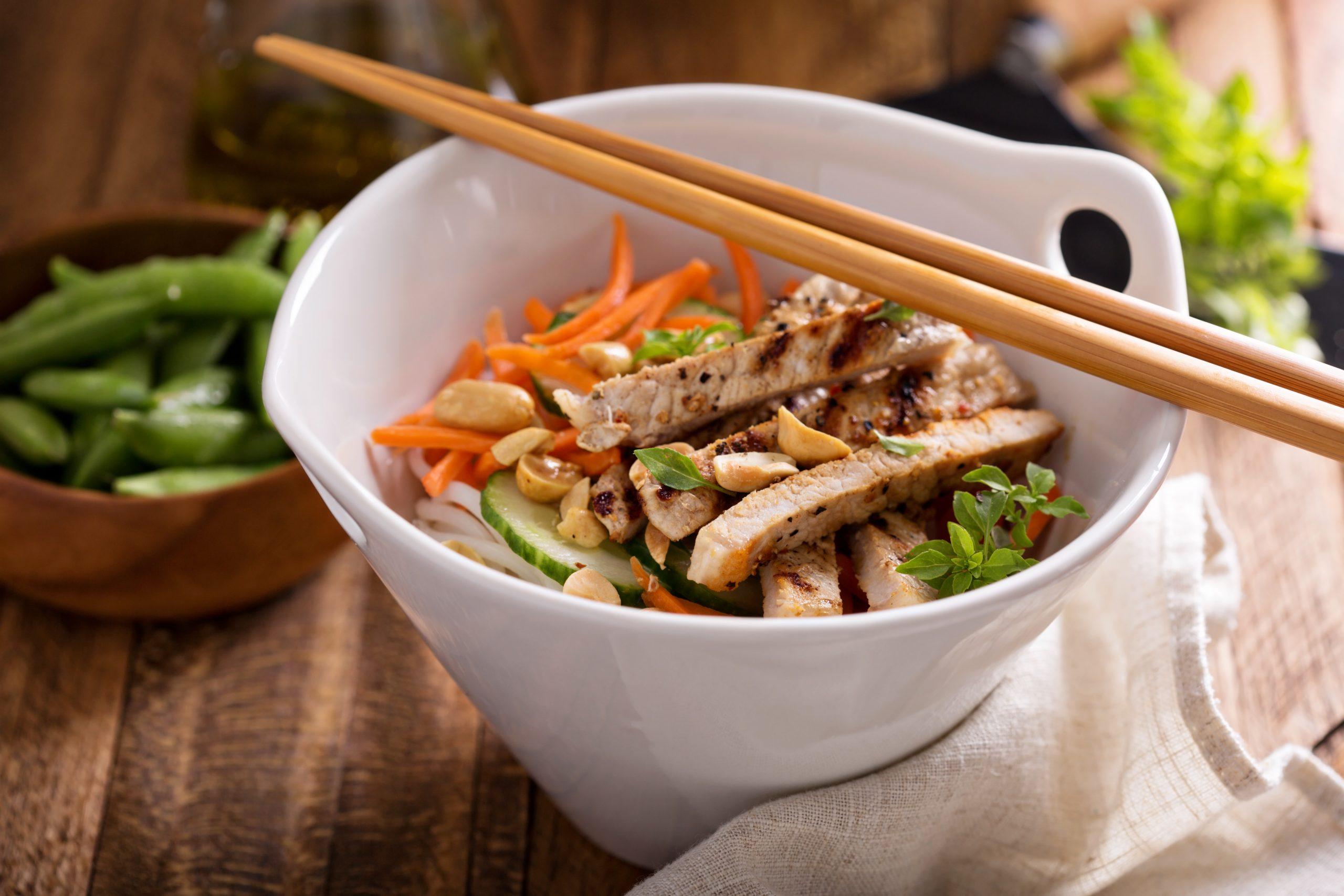 Salat mit Hähnchenbrust, Möhren und Gurke